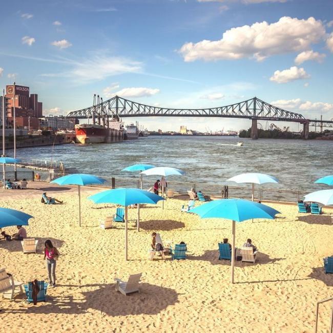 Plus que 2 week-ends pour profiter de la plage et peaufiner votre bronzage 😎  ----- Only two weekends left to enjoy the beach and soak up the sun 😎 ---- #vieuxportmtl #oldportmtl #plagedelhorloge #clocktowerbeach #mtlbeach #mtlsummer #summervibe #enjoysummer #mtlmoments #mtllife #514 #montreal #mtlblog #mtljtm #yul #livemontreal #montréaljetaime #mtlmoments